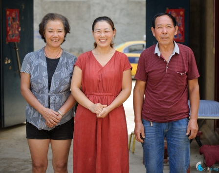 Shu Wen (middle) and her parents.